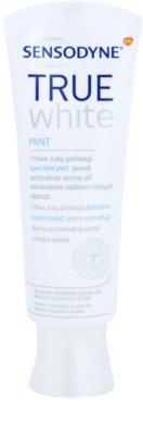 Sensodyne True White Mint pasta de dientes blanqueadora con efecto antimanchas en el esmalte  para dientes sensibles