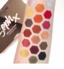 Makeup Revolution Soph X Extra Spice палитра от сенки за очи с малко огледало