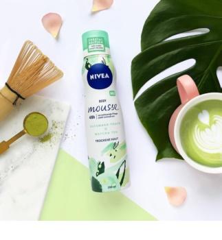 Nivea Crispy Cucumber & Matcha Tea osvežujoča pena za telo za intenzivno vlažnost