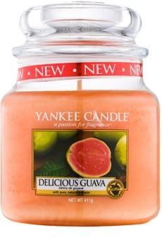 Yankee Candle Delicious Guava vonná svíčka Classic střední 411 g
