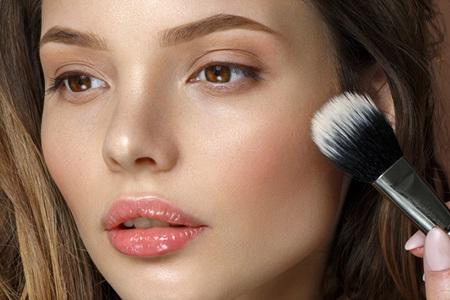 Jak zakrýt akné pomocí make-upu