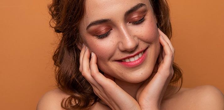 Podzimní make-up podle barevné typologie: Jak se nalíčit a co vám bude zaručeně slušet