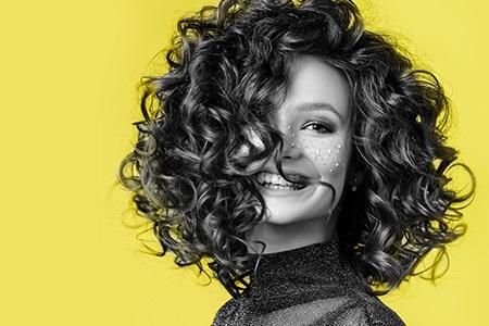 Barvy roku 2021: Žlutá a šedá pro váš nový look