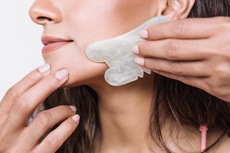 Obličejová masáž gua sha: Stop vráskám!