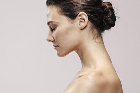 Zaměřeno na péči o krk a dekolt: Vyhlaďte vrásky i druhou bradu
