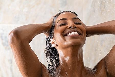 Peeling na vlasy: Nechte pokožku hlavy konečně nadechnout