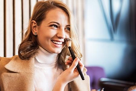 Contorno do rosto: como aplicar iluminador, blush e bronzeador
