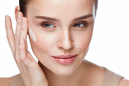Як обрати тональний крем відповідно до віку й типу шкіри