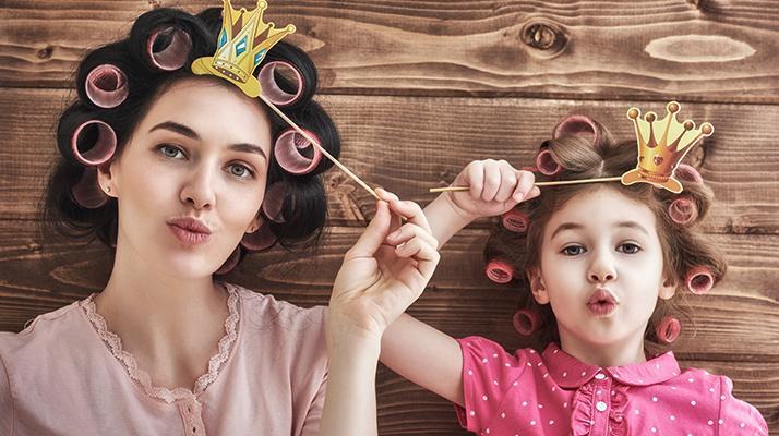 mama s dcérou sa hrajú s bublifukom