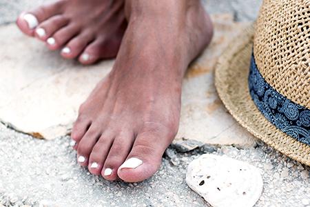 Piękne paznokcie na lato? Wypróbuj lakier o przedłużonej trwałości lub lakier żelowy!