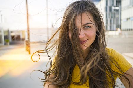 7 zázraků pro vlasy zničené sluncem, mořem i chlórem