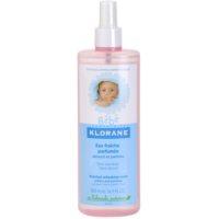 Erfrischendes Wasser im Spray für Kinder