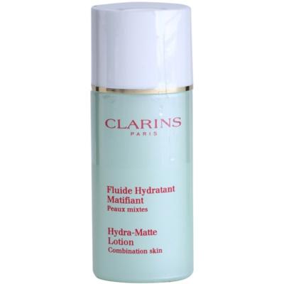 beruhigendes und hydratisierendes Fluid gegen ein glänzendes Gesicht und erweiterte Poren