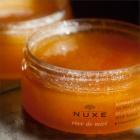 Nuxe Rêve de Miel vyživující tělový peeling