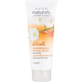 Avon Naturals Hand Care sanfte Milch für die Hände mit Mandeln und Maiglöckchen  75 ml