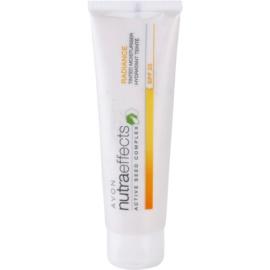 Avon Nutra Effects Radiance aufhellende, tönende Tagescreme SPF 20  50 ml