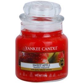Yankee Candle Sweet Apple dišeča sveča  104 g Classic majhna